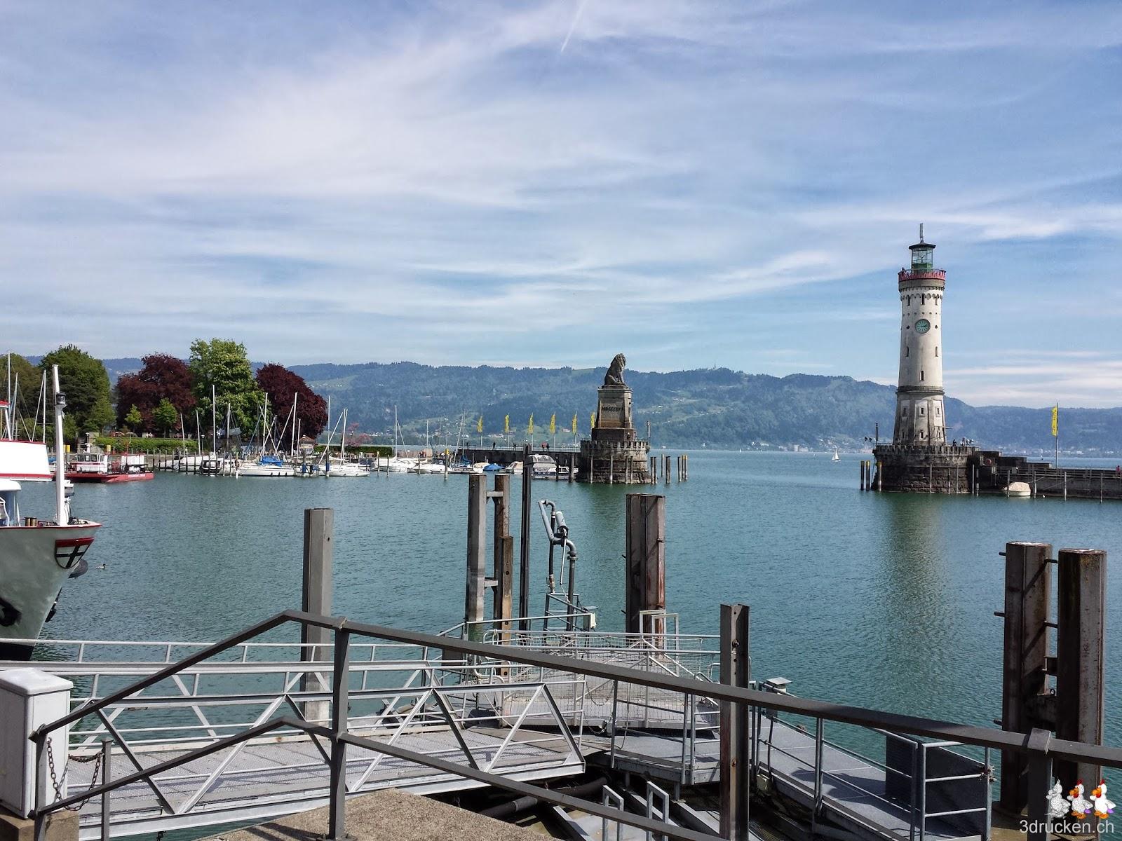 Foto der Hafeneinfahrt von Lindau mit Leuchtturm und Löwe