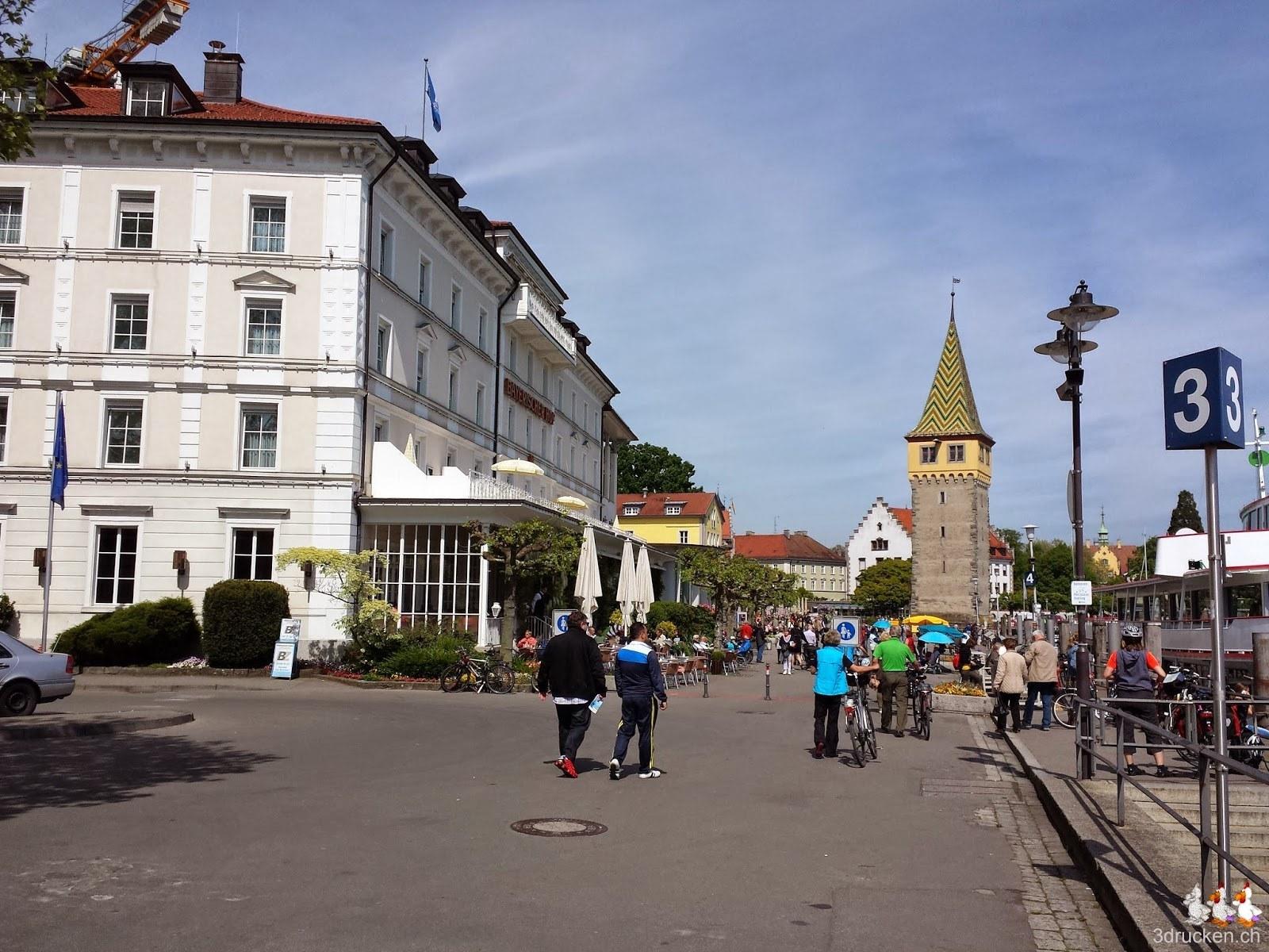 Foto in Richtung der Fussgängerzone am Hafen mit dem markanten Turm