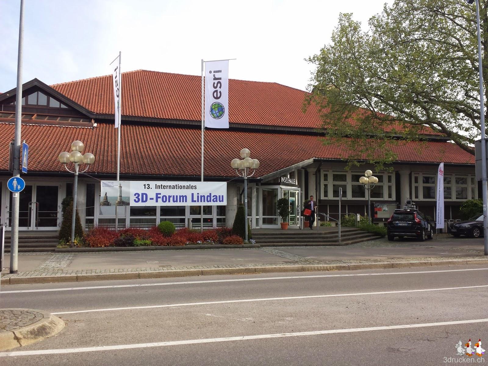 Foto des Kongressgebäudes in Lindau mit dem Banner des 13. Internationalen 3D - Forum Lindau und den Fahnen von Sponsor ESRI