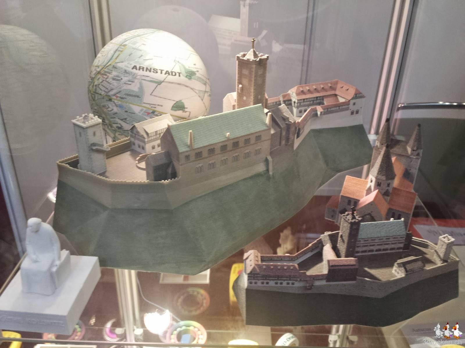 Foto einiger Ausstellungsstücke in Vollfarbe in einer Vitrine am Stand des 3D-Druckshop am 3D - Forum in Lindau