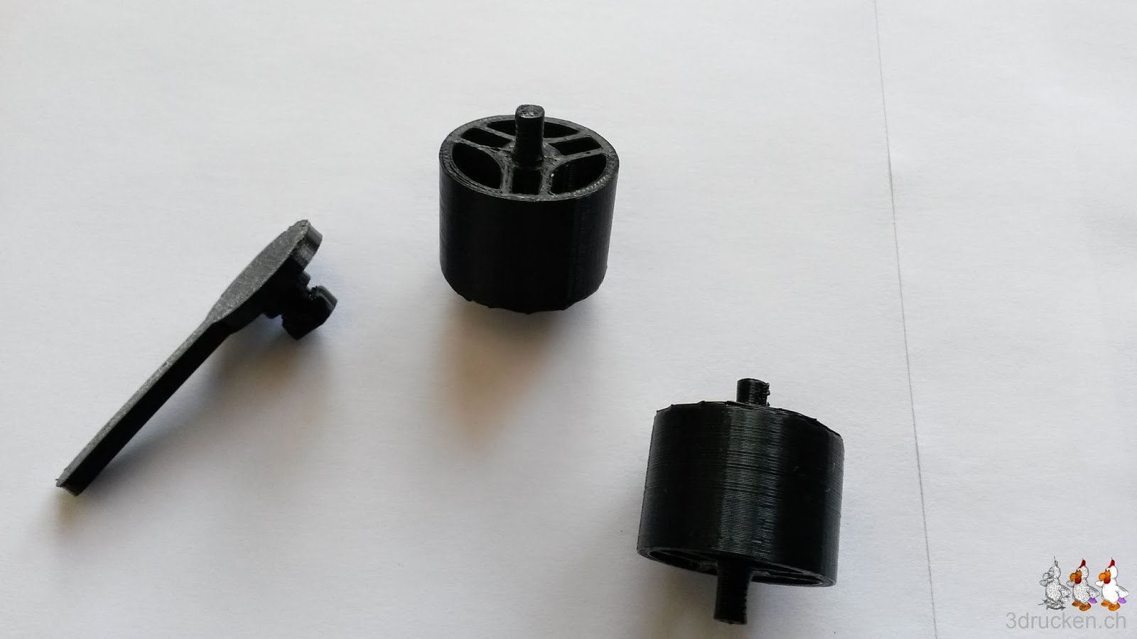 Foto von drei der mit dem Ultimaker Original selber gedruckten Ersatzteile für die Reparatur von Schulinventar in Ittigen