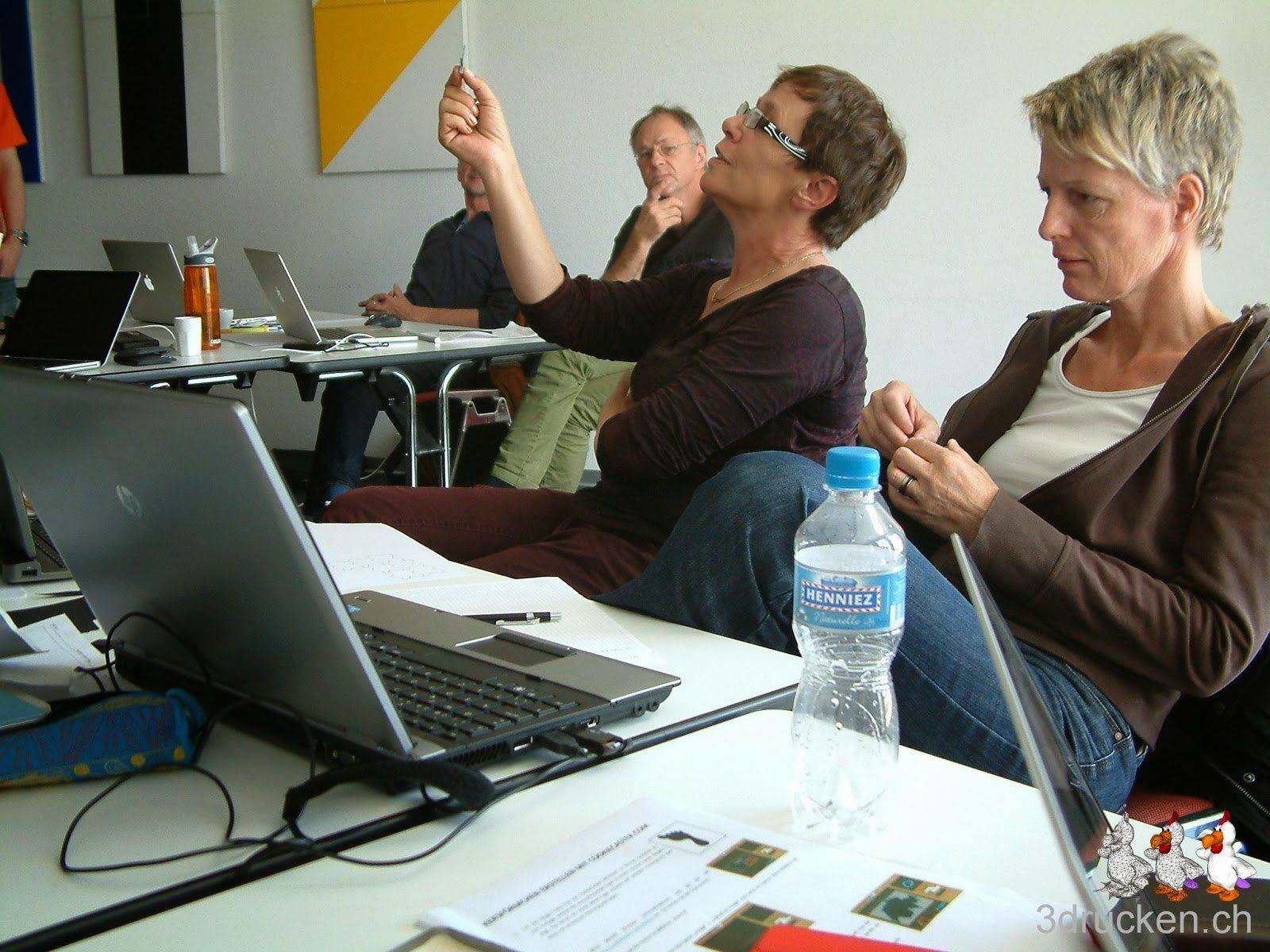 Foto von zwei Kursteilnehmerinnen, die ihre Resultate den Anderen vorstellen