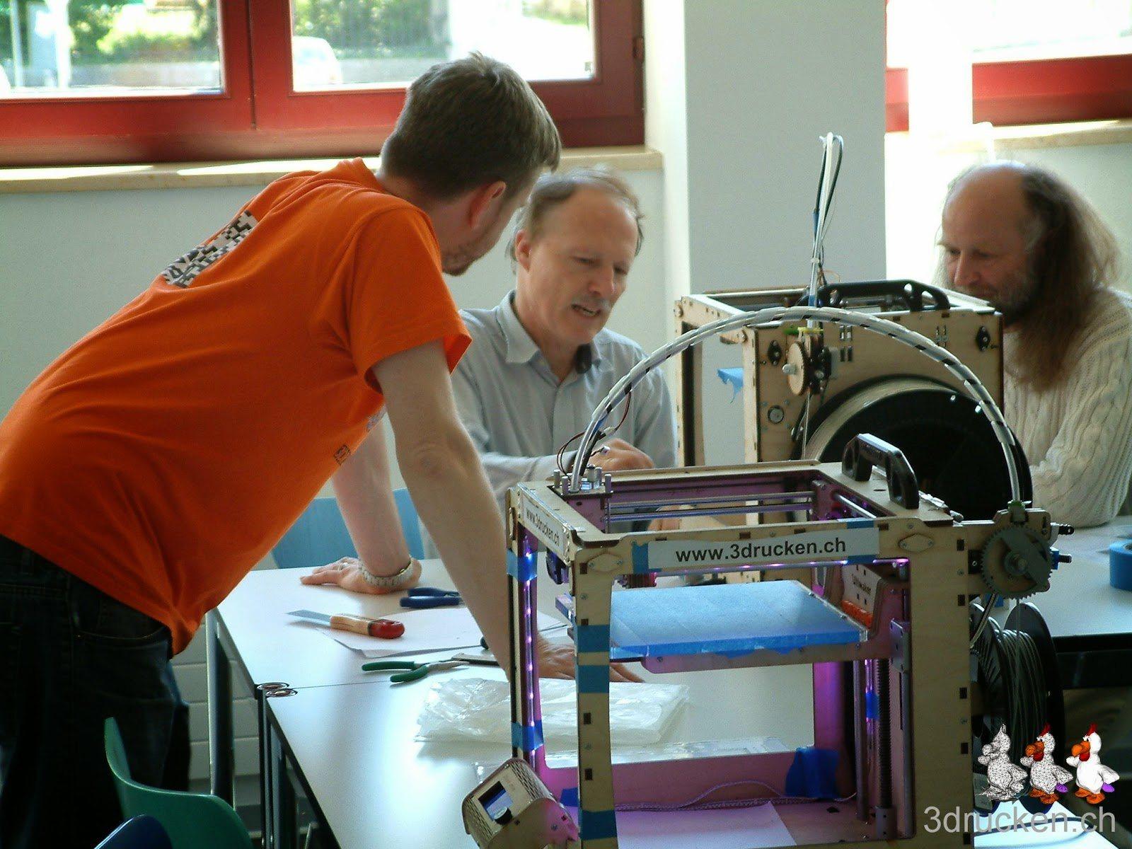 Foto einer Diskussion zwischen zwei Teilnehmern und einem Kursleiter am Ultimaker Original