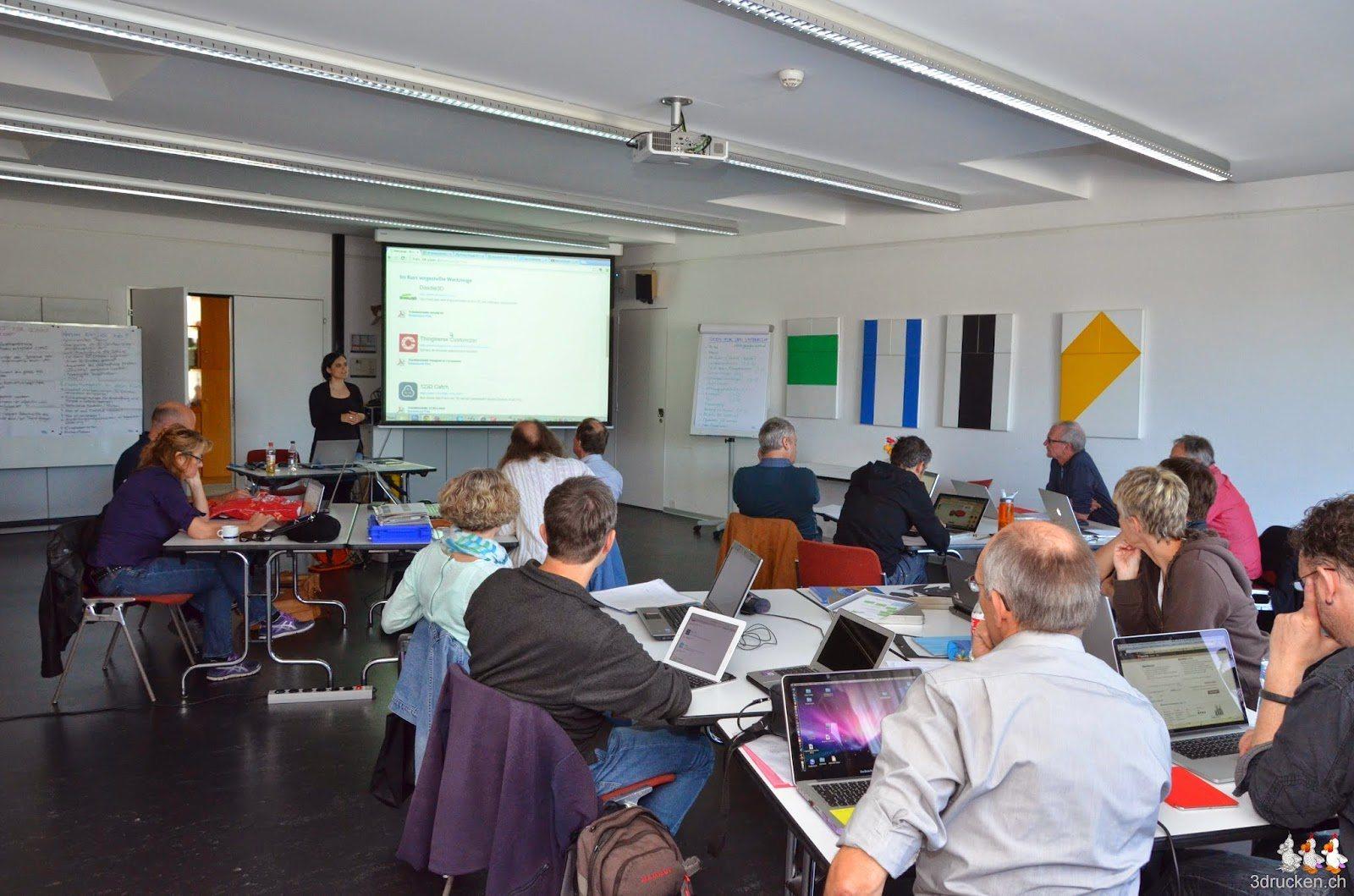 Foto der Teilnehmerinnen und Teilnehmer beim Zuhören während der Einführung