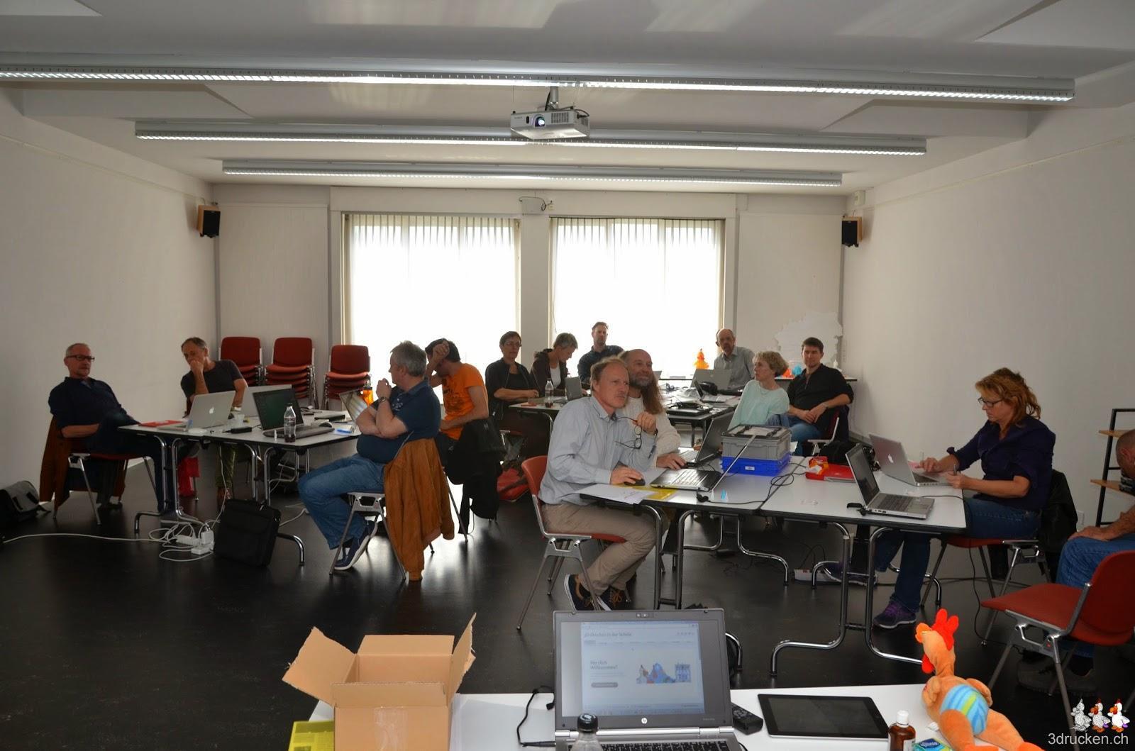 Foto der Teilnehmerinnen und Teilnehmer am Zuhören im Kursraum