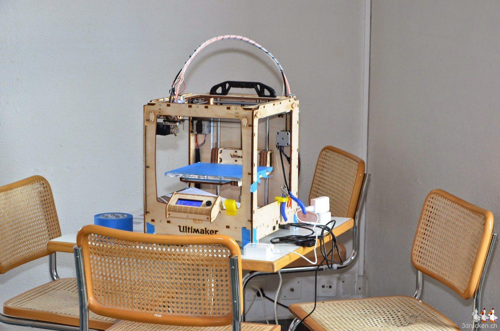 Foto eines Ultimaker Original 3D-Druckers, den wir aus Platzgründen in der Cafeteria aufgestellt haben