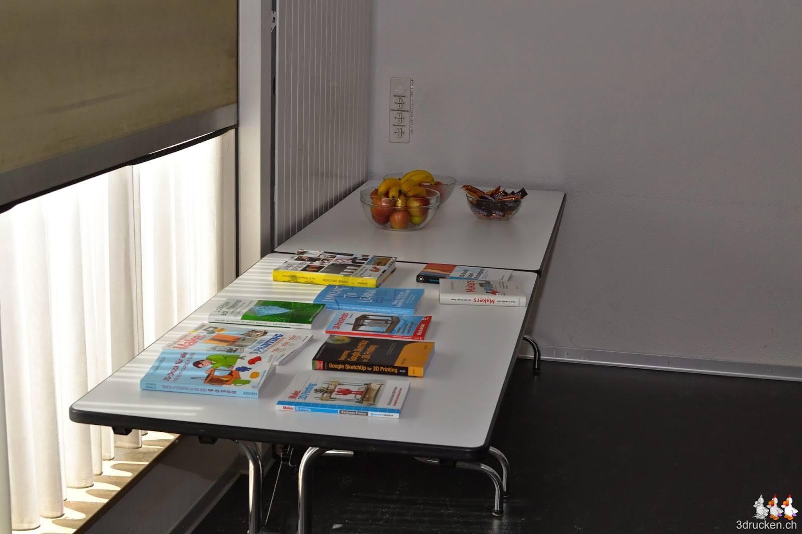 Foto der auf einem Tisch ausgelegten Fachliteratur zu 3D-Drucken (in der Schule) und FabLab, Maker, Design