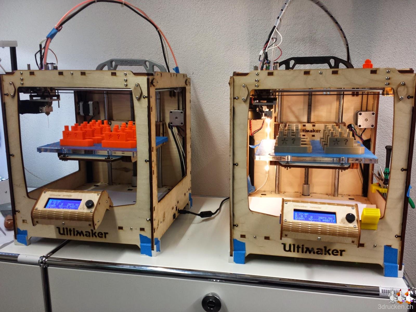 Foto von zwei Ultimaker Original 3D-Drucker mit Drucktischen voller Schiff-Modelle