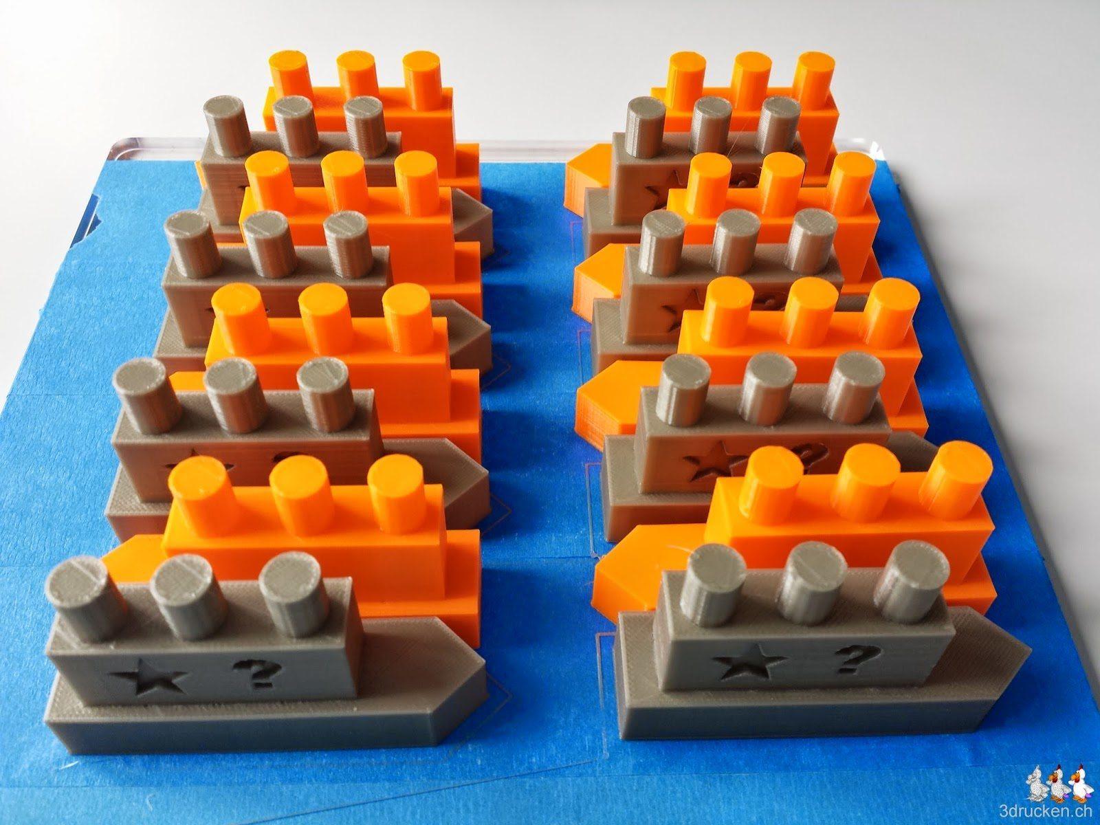 Foto der 16 gedruckten Schiffs-Modelle auf einem Drucktisch des Ultimaker Original