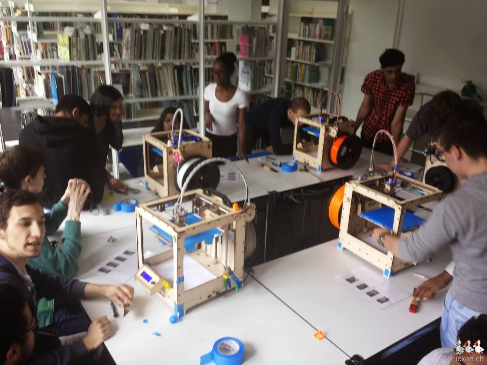 Foto des Druckerraums voll mit Lernenden die an den fünf aufgestellten Ultimaker Original arbeiten
