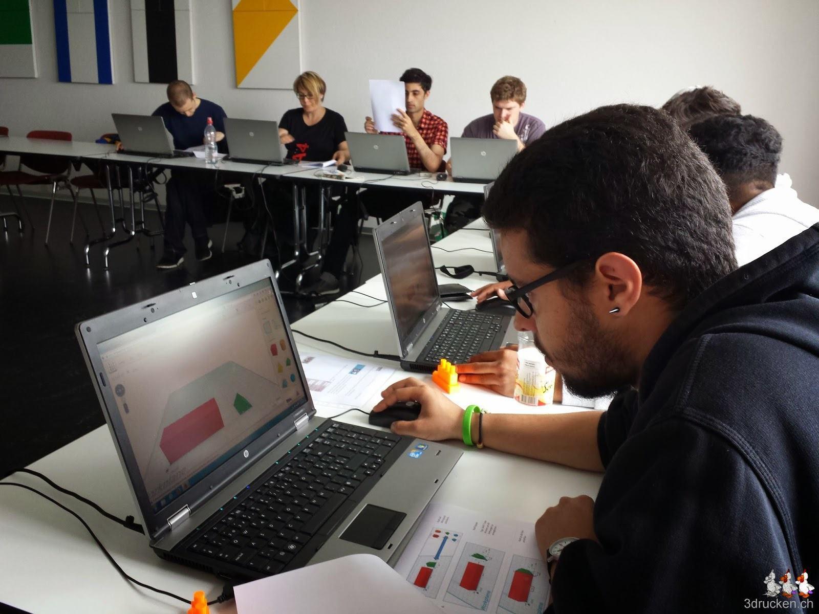 Foto einer Gruppe Lernender im Kursraum am Konstruieren des berühmten Schiffes in Tinkercad nach Anleitung
