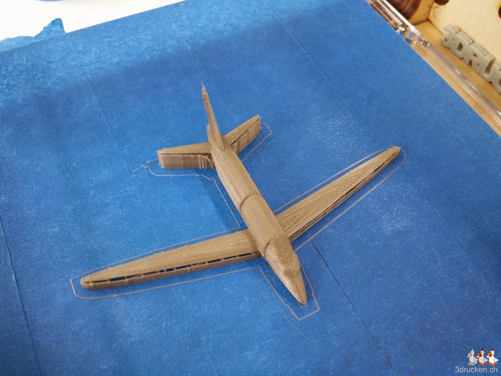 Foto des fertig gedruckten Flugzeug-Modells auf dem Drucktisch des Ultimaker Original