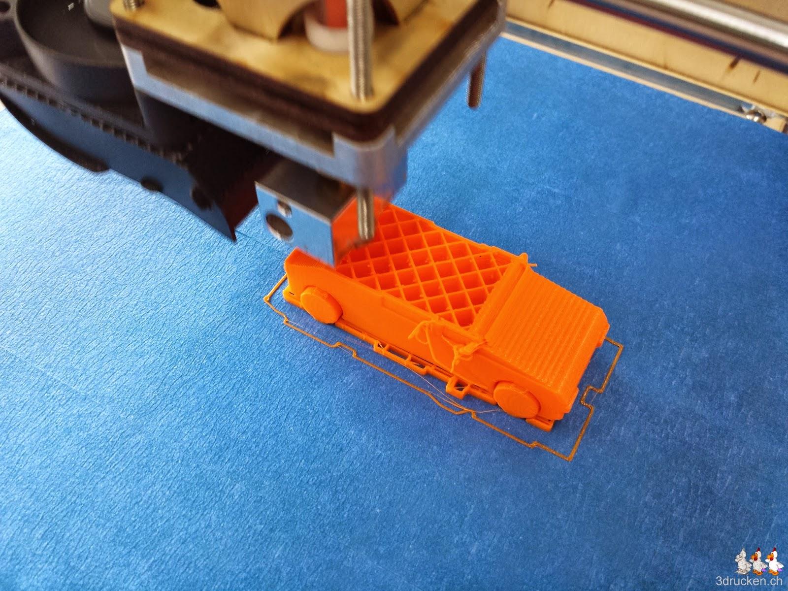 Foto während des Drucks eines Auto-Modells auf dem Drucktisch des Ultimaker Original