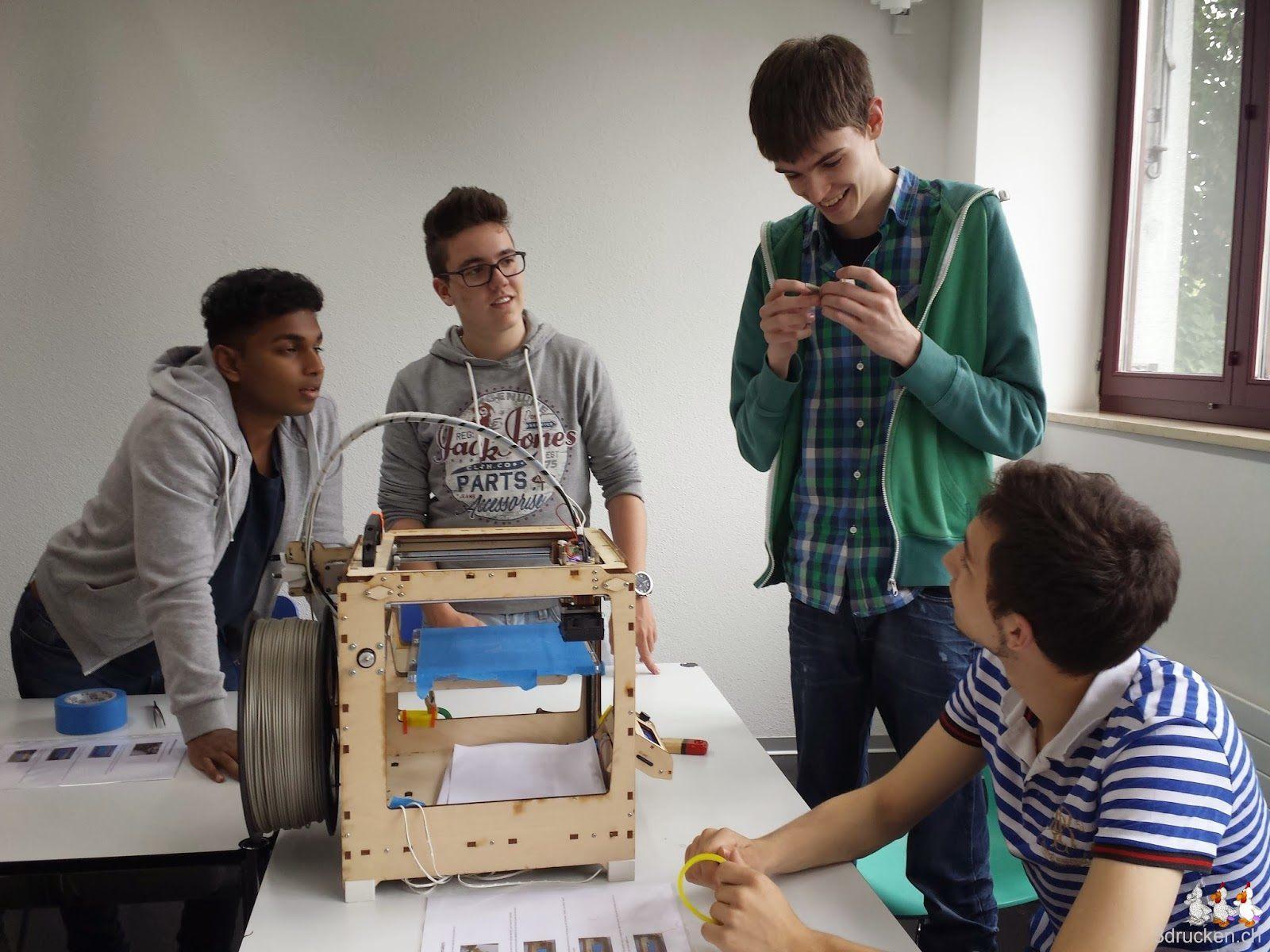 Foto einer Gruppe von Lernenden mit ihrem ersten selber entworfenen und erfolgreich mit dem Ultimaker Original gedruckten Objekt