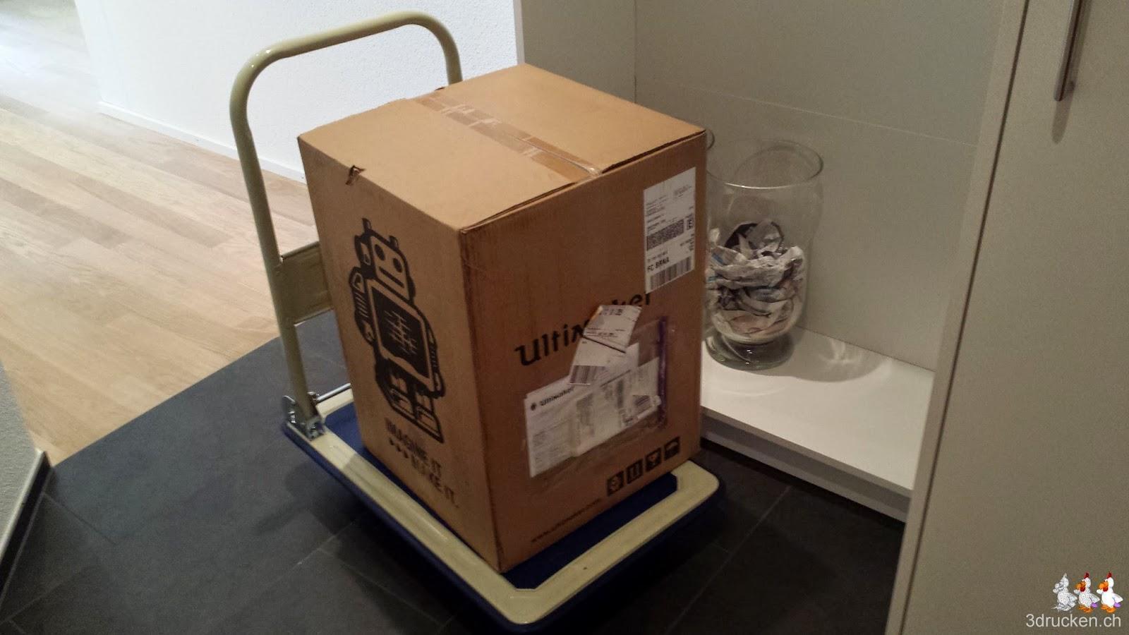 Foto des Kartons mit dem Ultimaker 2 drin auf unserem praktischen Handwagen