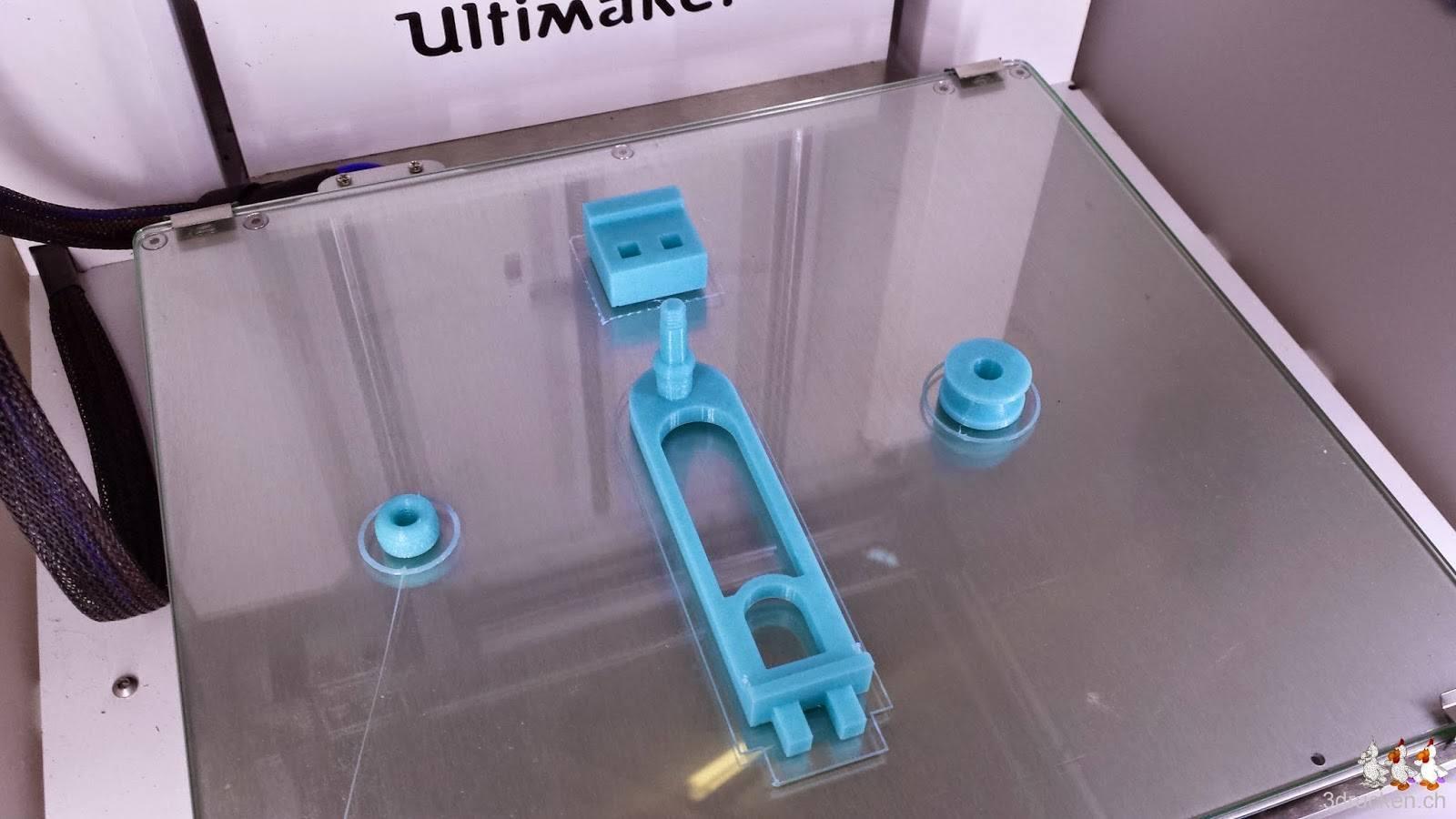 Foto der Einzelteile des Ultimaker 2 filament guide auf dem Drucktisch des Ultimaker 2