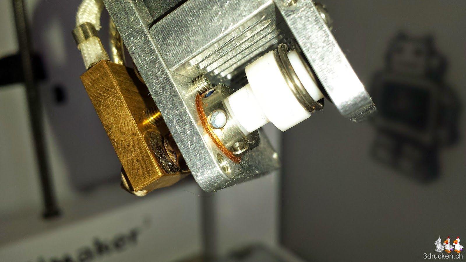 Foto des Druckkopfs am Ultimaker 2 welches deutlich Zeigt, dass die Düse zuwenig ineinander geschraubt ist