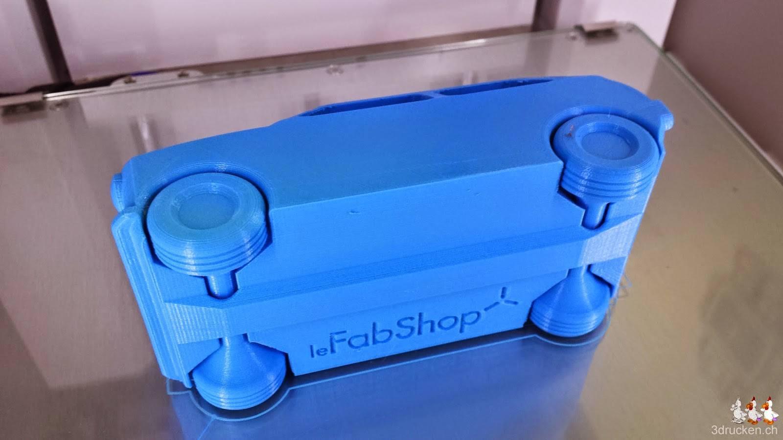 Foto des fertig gedruckten Spielzeugautos von leFabShop auf dem Drucktisch des Ultimaker 2