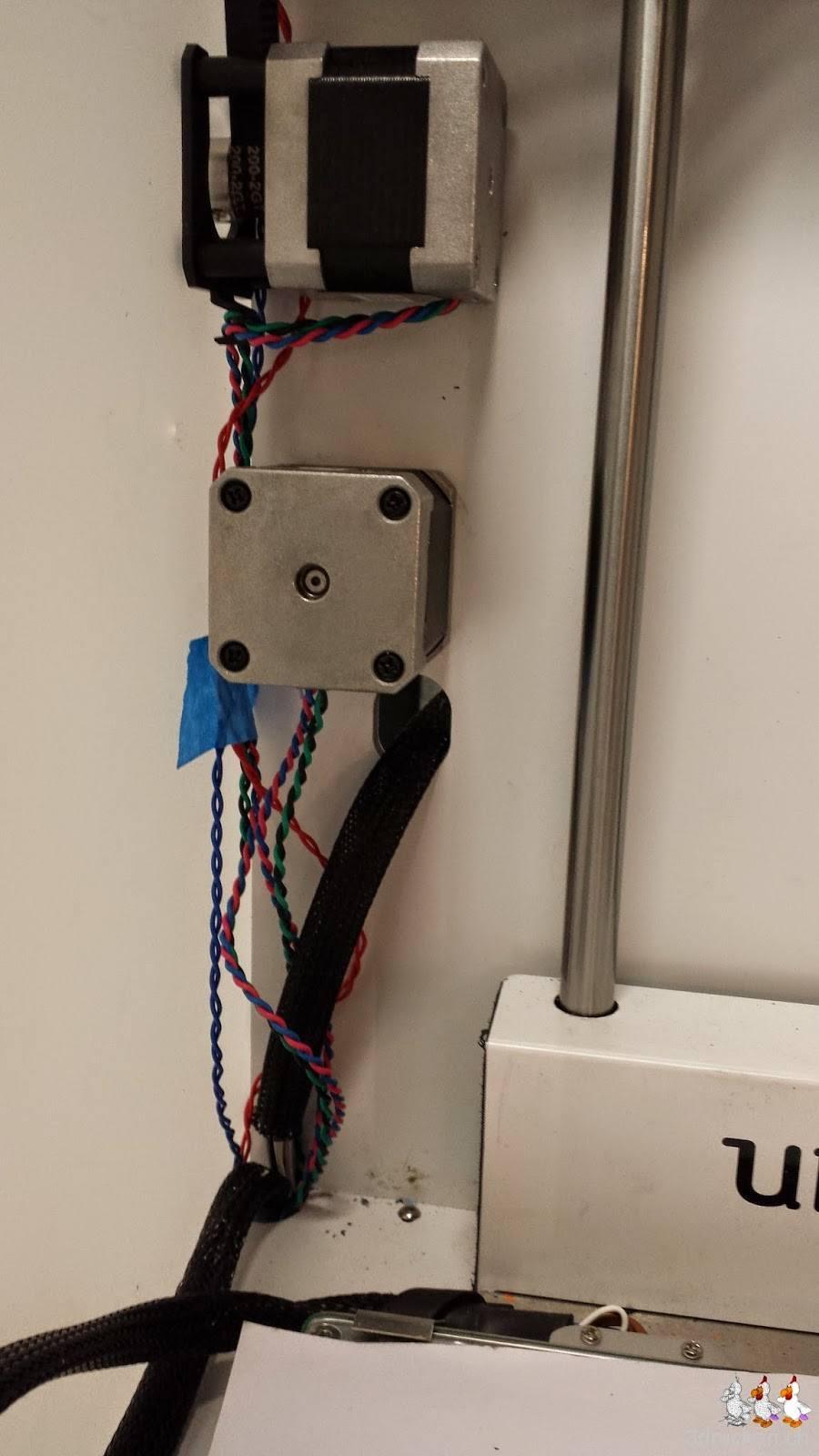 Foto des erneut montierten Feeder-Motors nach dem Festkleben der Kabel am Ultimaker 2
