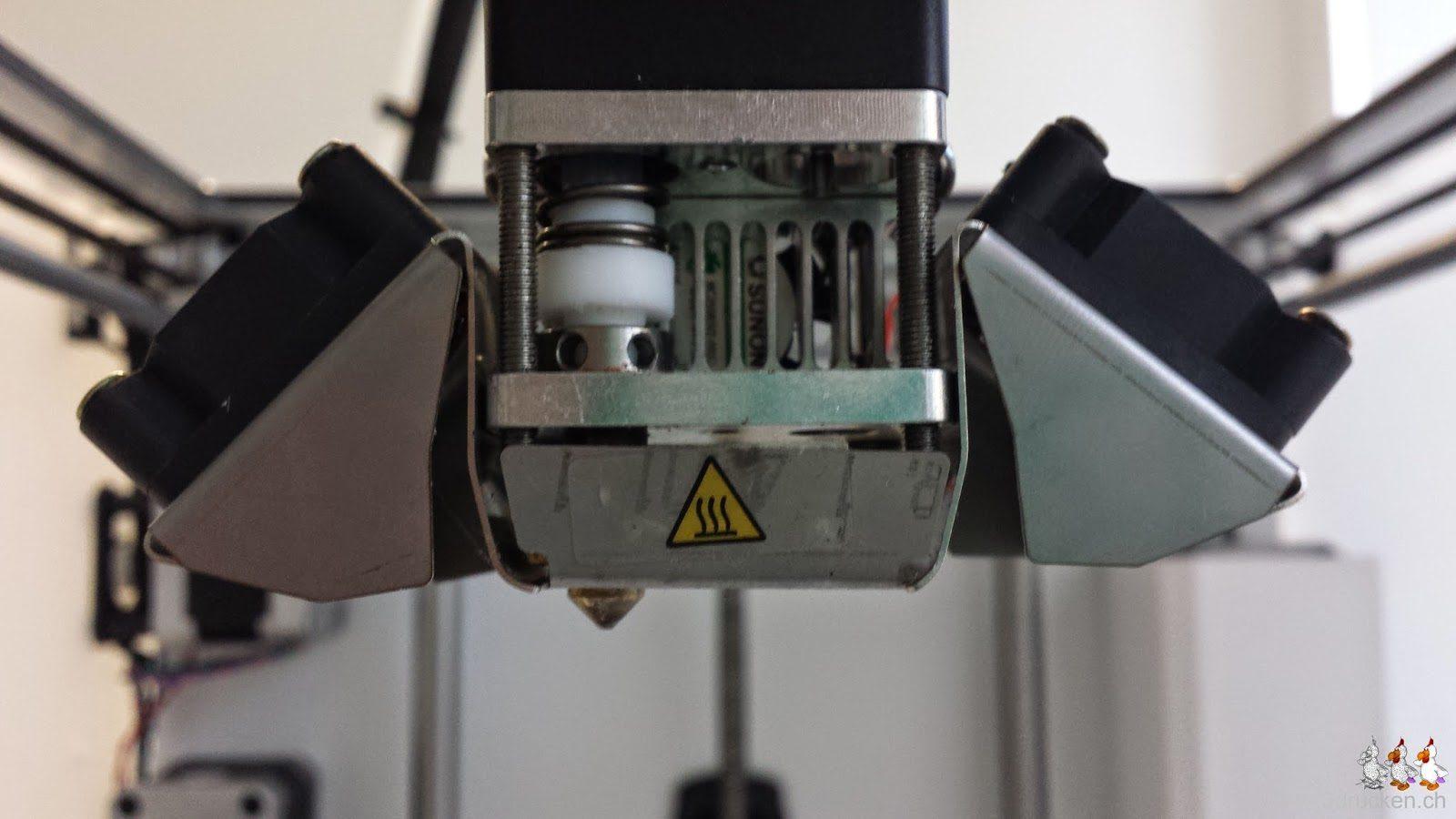 Foto des Druckkopfs mit wieder montierter Lüfterverkleidung am Ultimaker 2