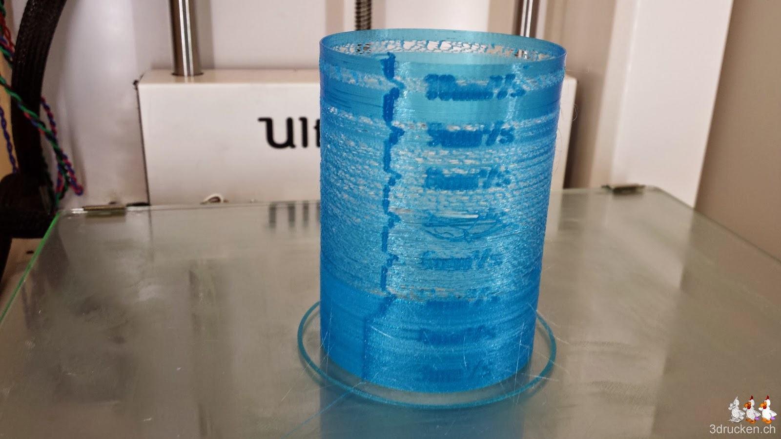 Foto des bei 245°C löchrig gedruckten Testzylinders auf dem Ultimaker 2 Drucktisch