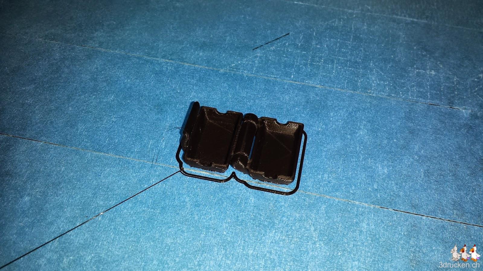 Foto des neu gedruckten Staubfilters für 3mm Filament auf dem Drucktisch des Ultimaker Original