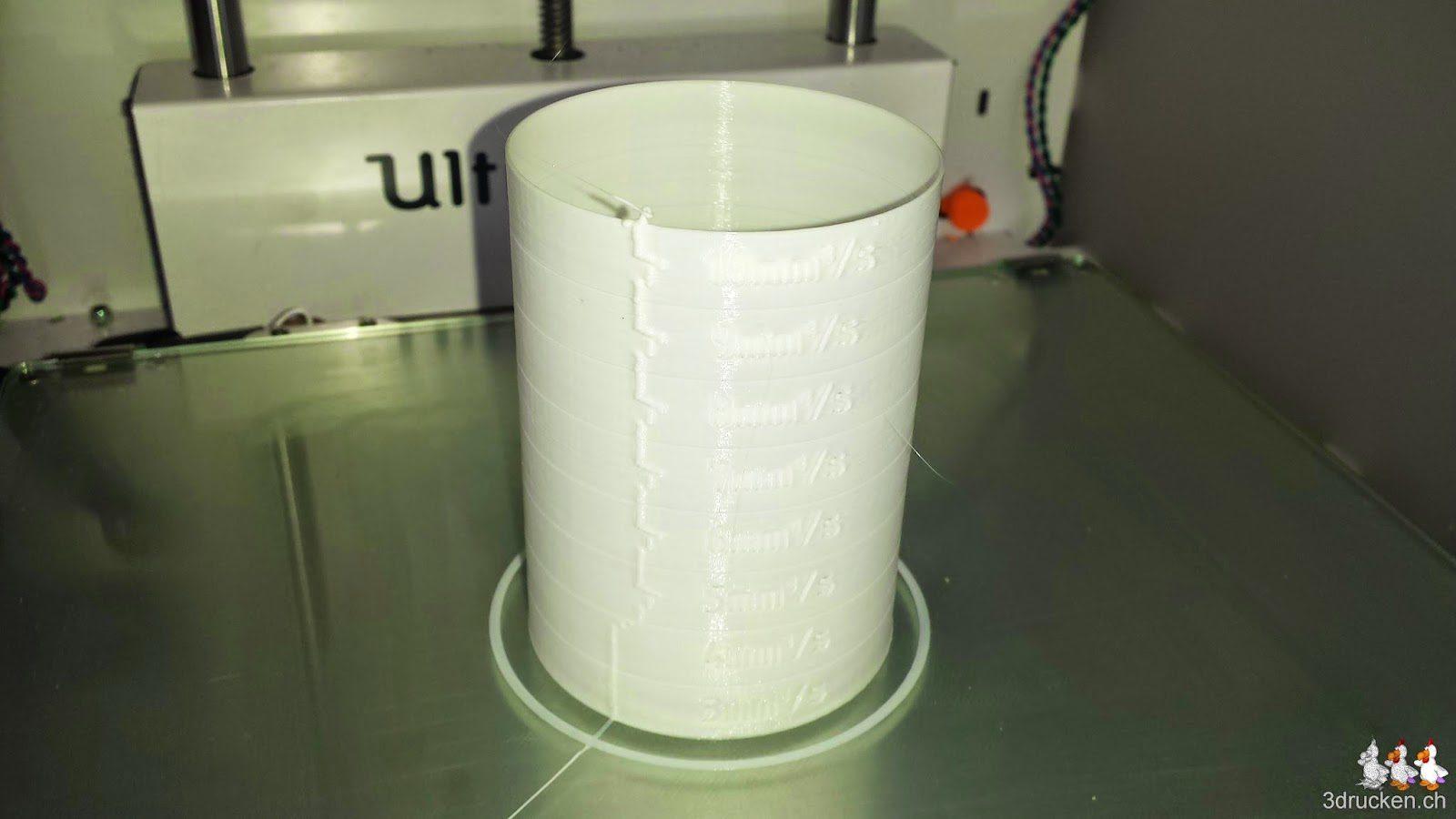 Foto des bei 230°C aus weissem PLA gedruckten Testzylinders auf dem Ultimaker 2