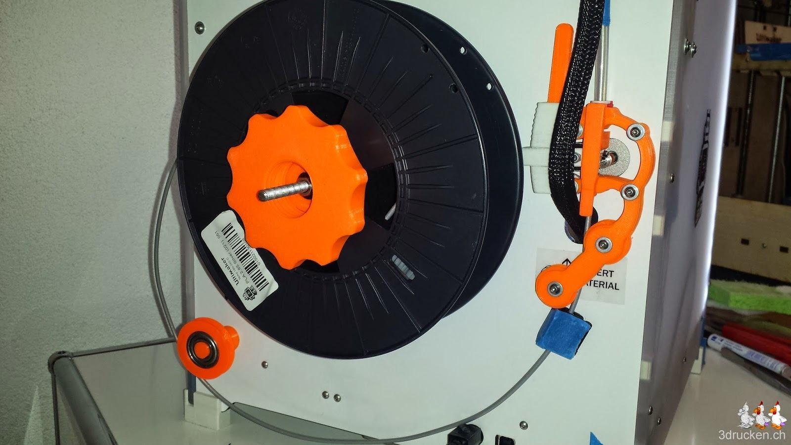Foto der Rückseite des Ultimaker 2 mit der neu montierten Rollenhalterung Low friction spool holder und der Umlenkrolle mit Kugellager und dem Staubfilter