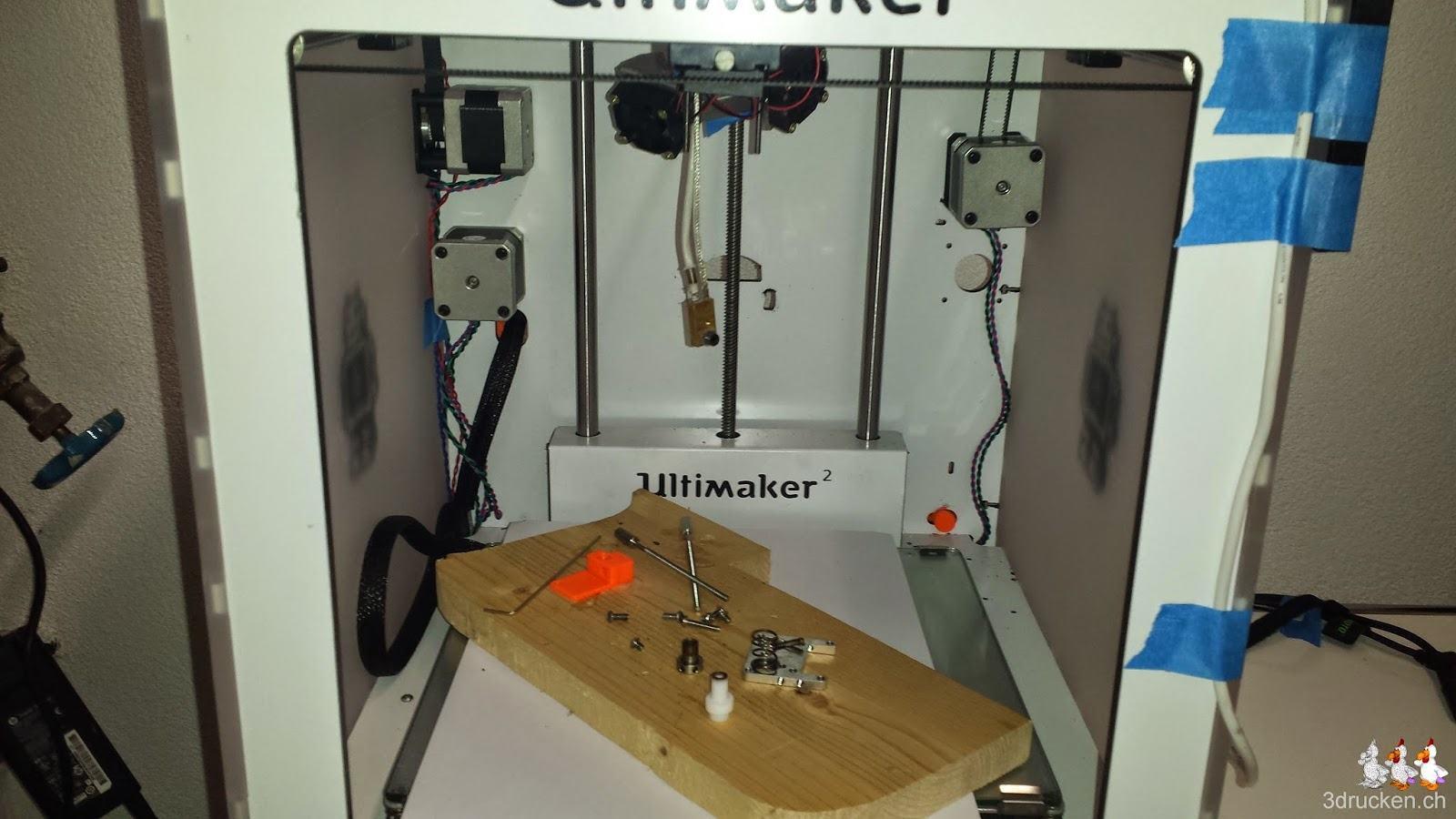 Foto des demontierten Druckkopfs und den Einzelteilen im Ultimaker 2