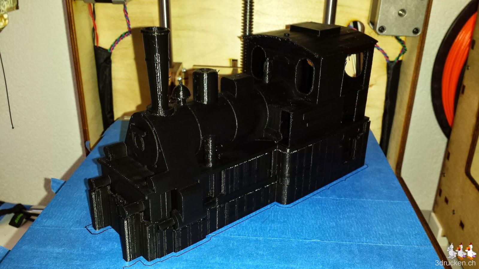 Foto des ersten Druckversuchs der Lokomotive an einem Stück mit viel Support aus schwarzem PLA auf dem Ultimaker Original