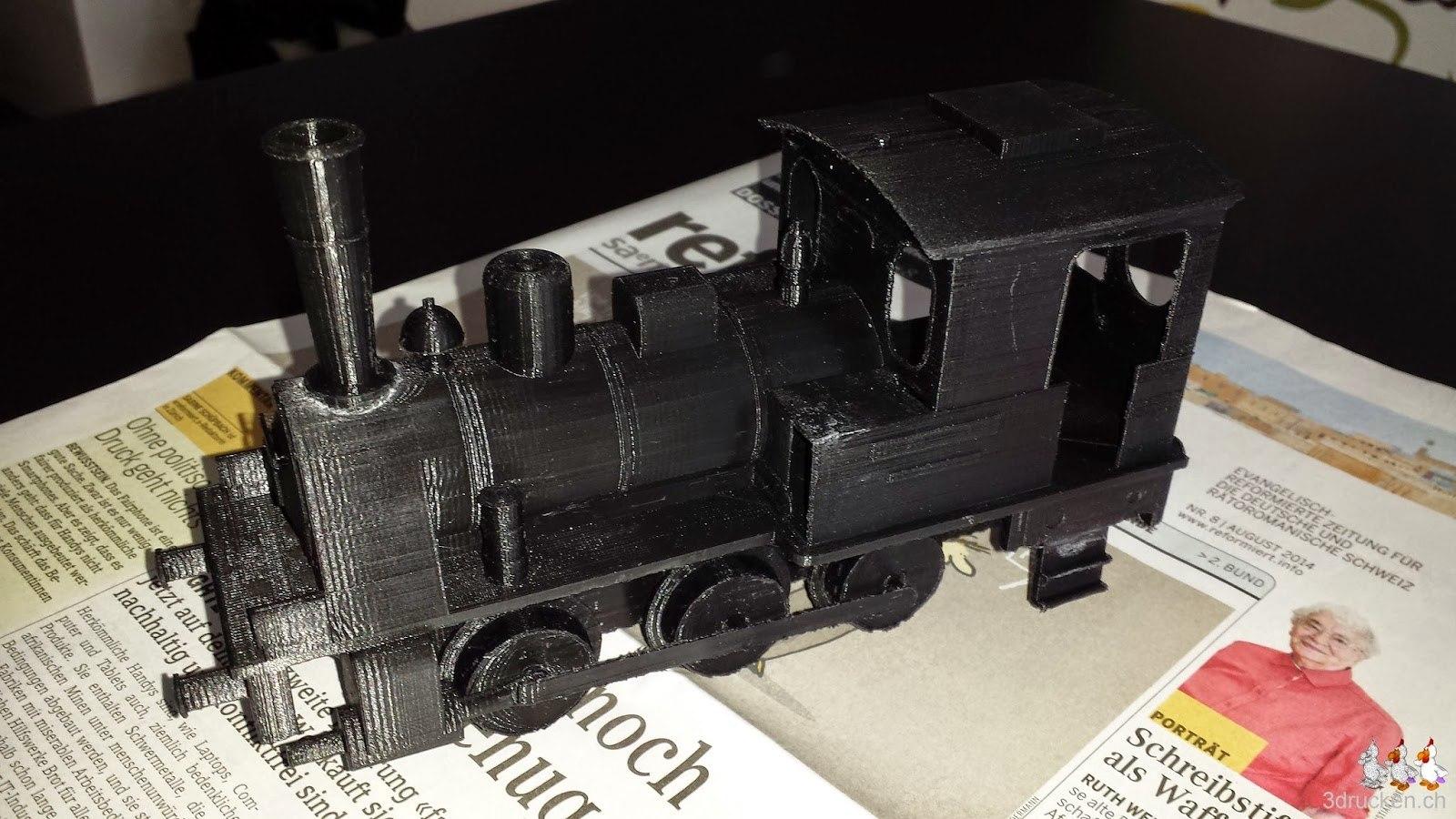 Foto der fertig bearbeiteten Lokomotive auf dem Ultimaker Original aus schwarzem PLA gedruckt