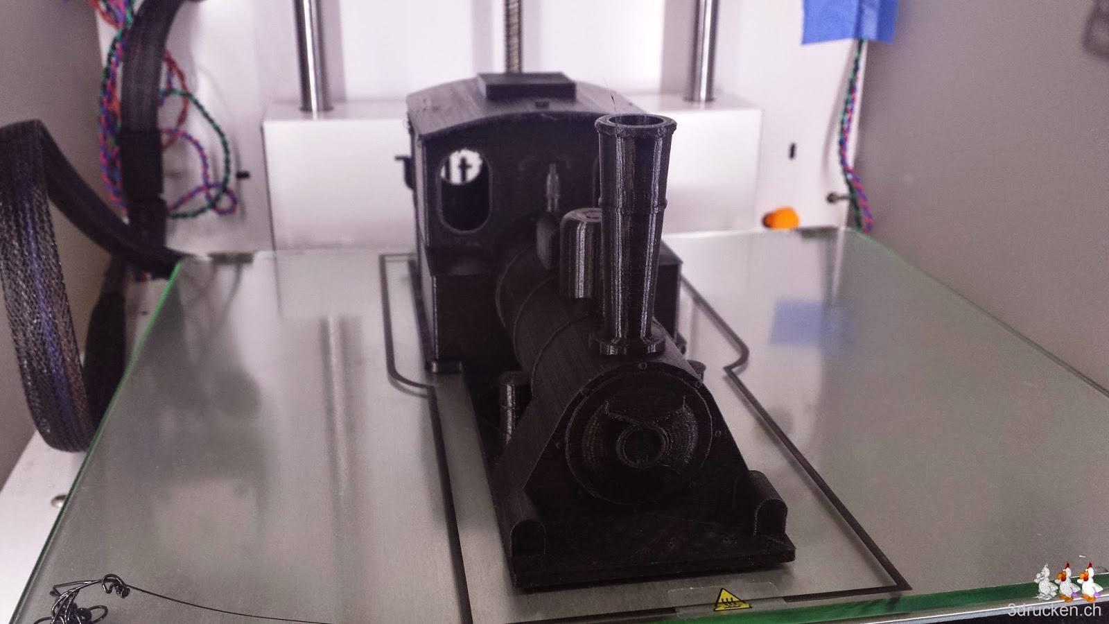 Foto der definitiven Version des Hauptkörpers der Lokomotive inklusive Dach auf dem Ultimaker 2 aus schwarzem PLA/PHA gedruckt