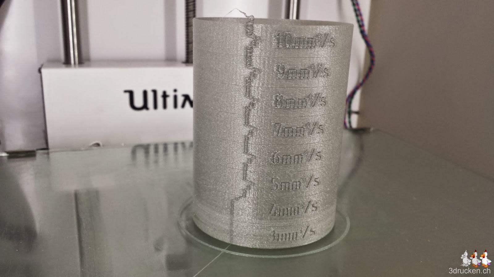 Foto des mit der neu montierten Düse des Ultimaker Original erfolgreich fertig gedruckten Testzylinders aus silbernem PLA auf dem Ultimaker 2