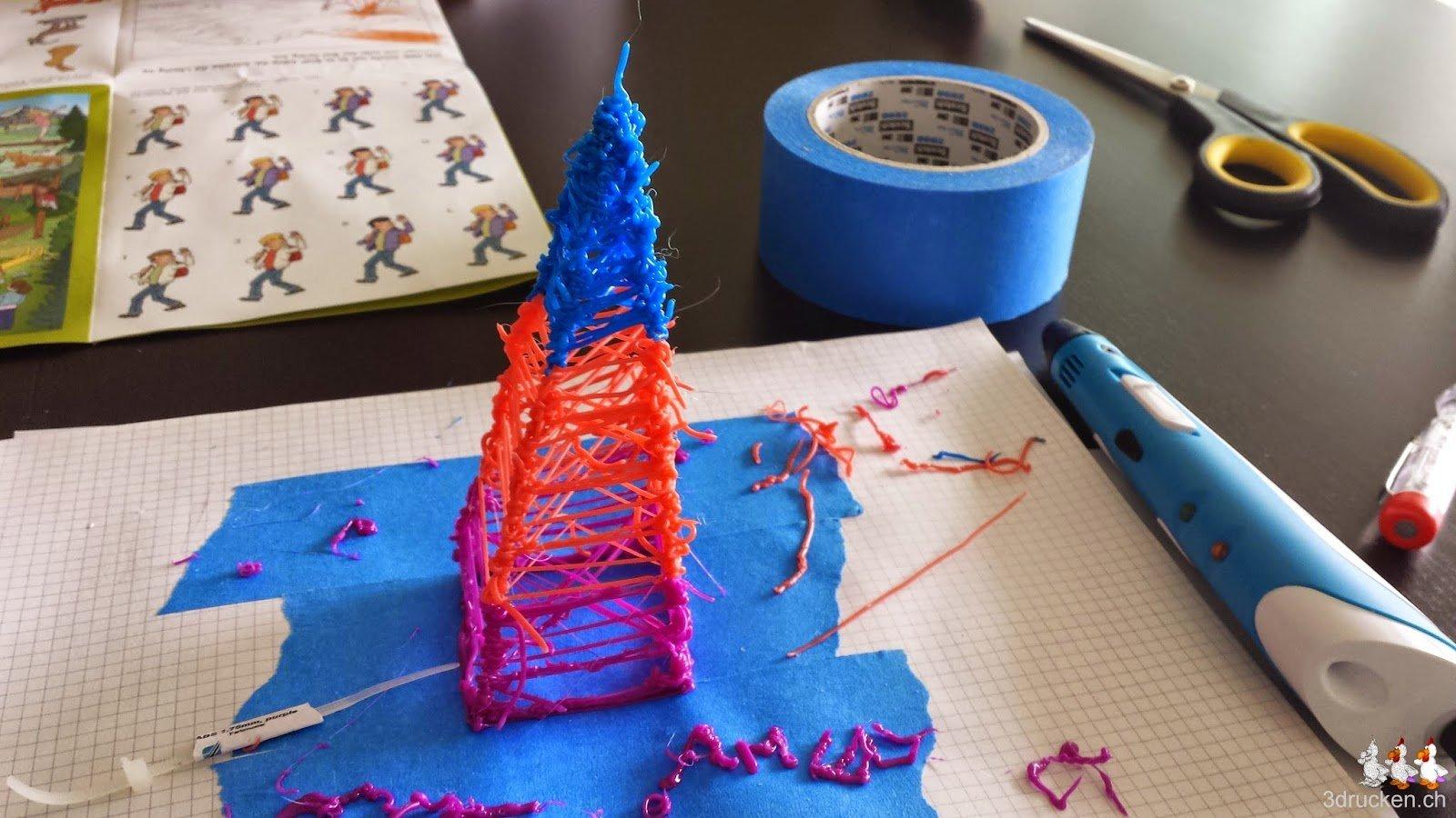 Foto des aus verschiedenen Farben mit dem 3D-Druckstift gedruckten Turms