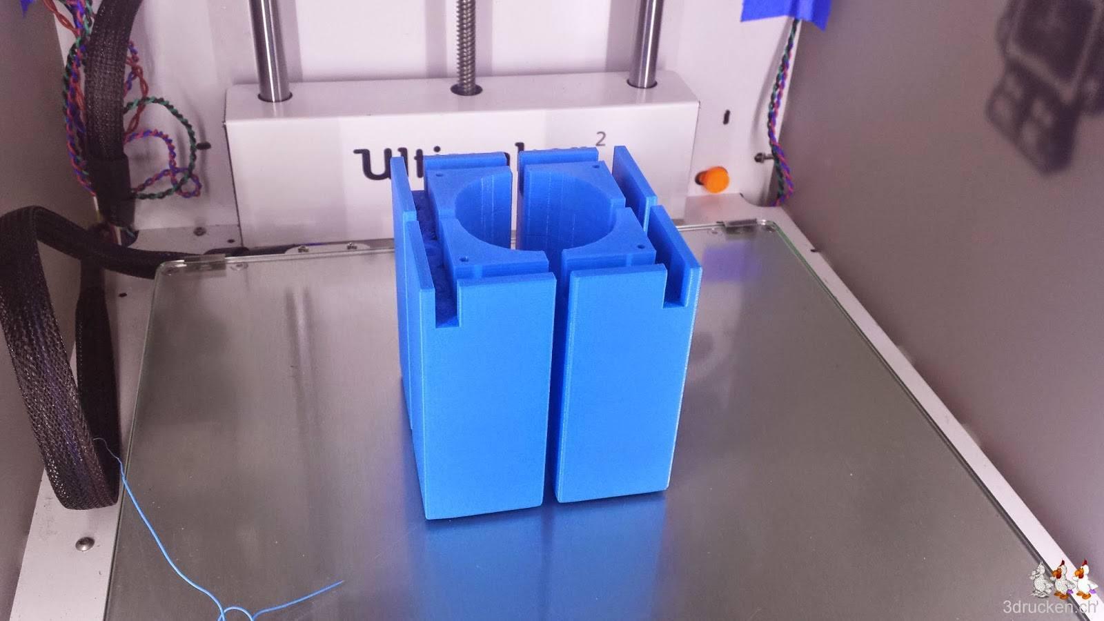 Foto der vier neu gedruckten Füsse für den Ultimaker 2 auf dem Drucktisch