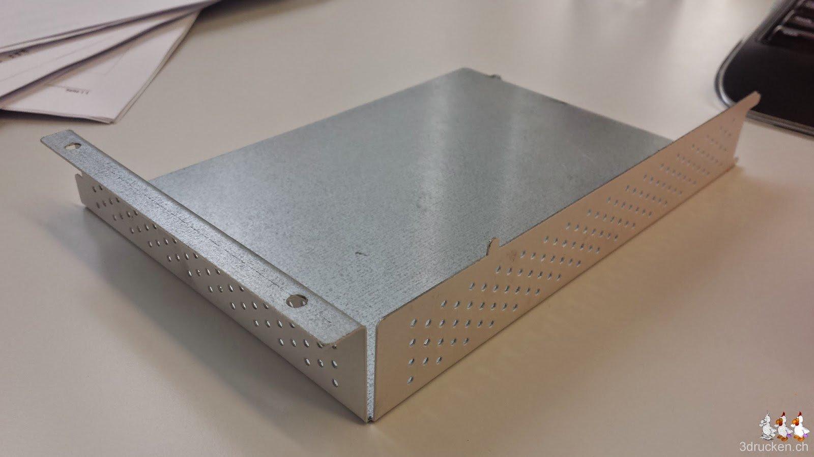 Foto des alten Elektronik-Gehäuse vom Ultimaker 2 mit kleinen Löchern