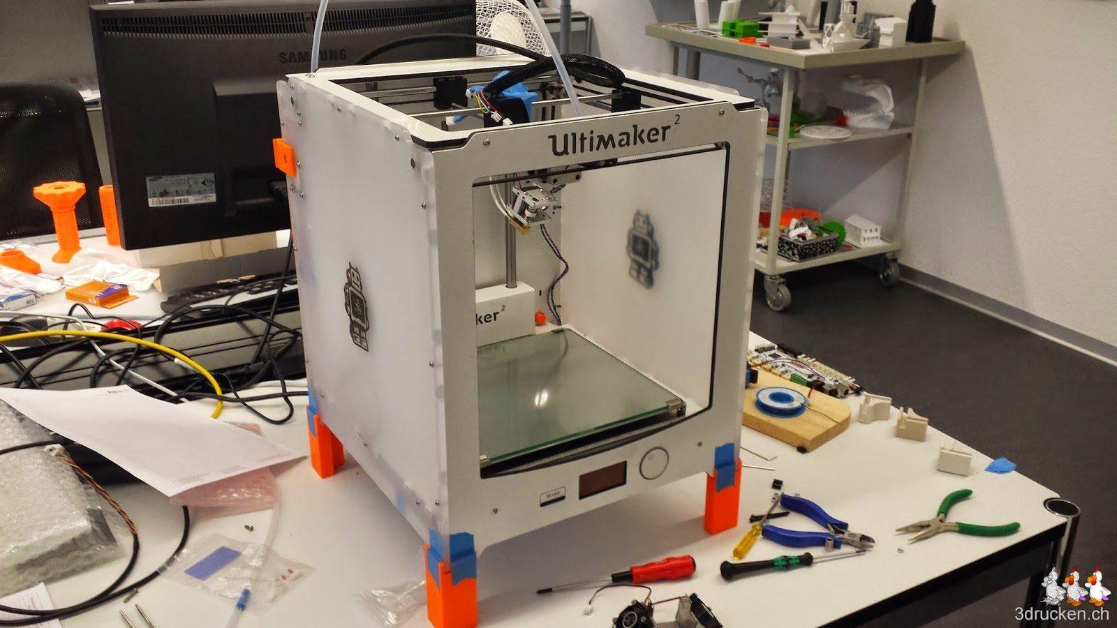 Foto des Ultimaker 2, Ersatzteile und Werkzeug auf unserem Reparatur Arbeitsplatz
