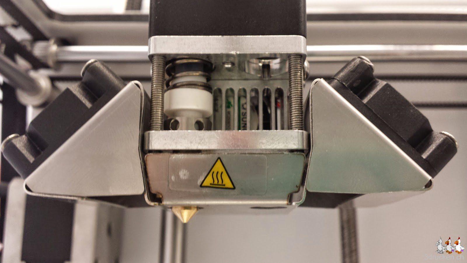 Foto des fertig neu zusammengesetzten Druckkopfs am Ultimaker 2 von der Seite in Nahaufnahme