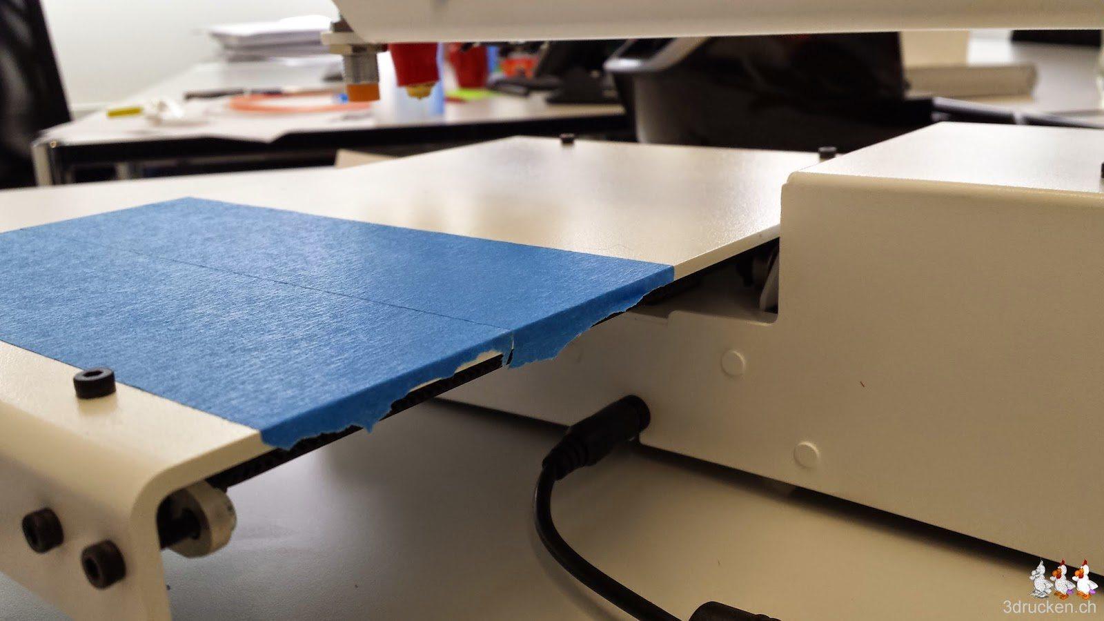 Foto vom Bekleben des Drucktischs des Printrbot Simple Metal mit blauem Klebeband
