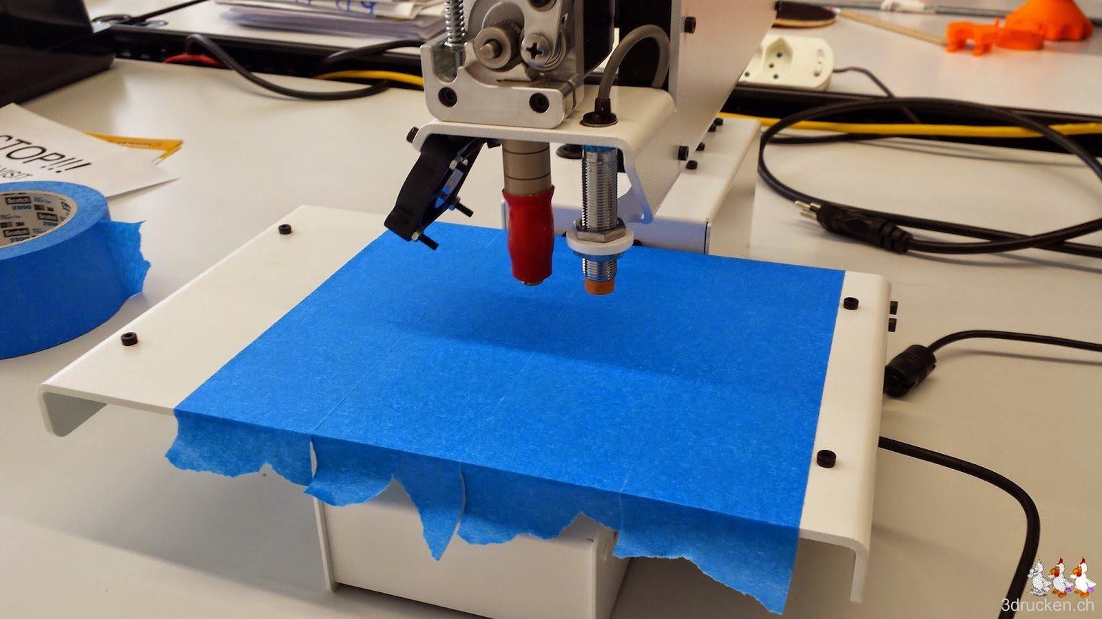 Foto vom fertig mit blauem Klebeband beklebten Drucktisch des Printrbot Simple Metal