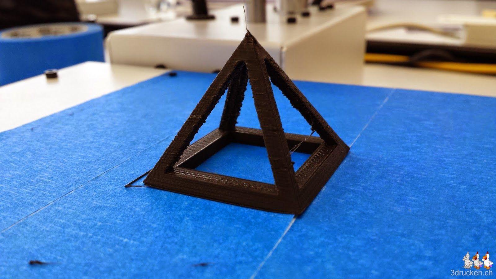 Foto der Testpyramide gedruckt auf dem Printrbot Simple Metal aus schwarzem PLA