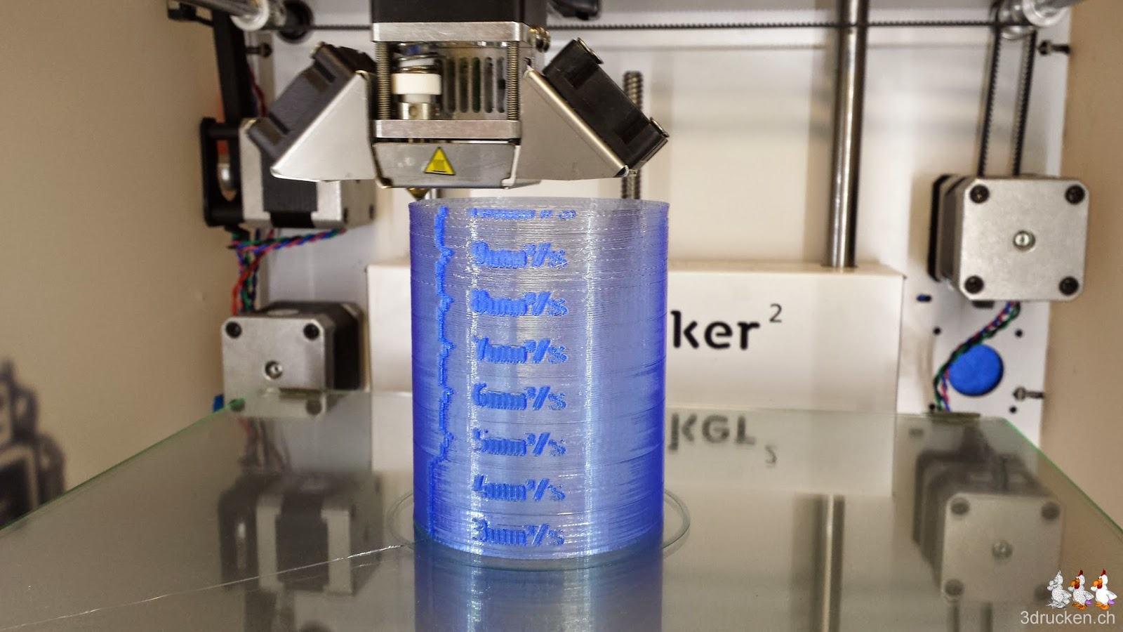 Foto während des Drucks des Testzylinders aus blauem PLA von Swiss RepRap auf dem Ultimaker 2