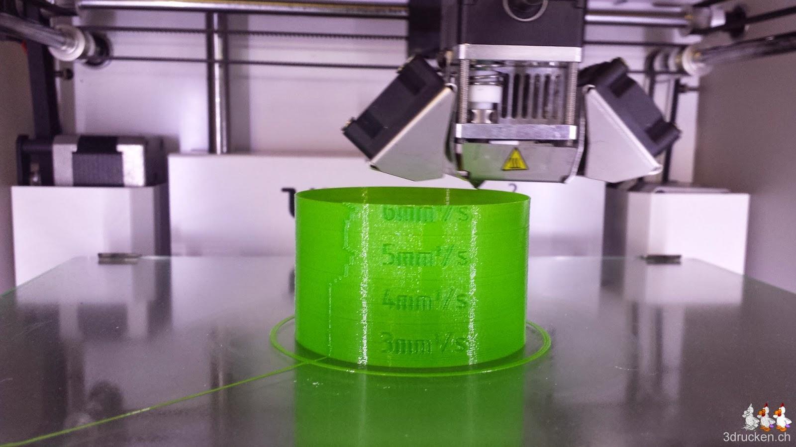 Foto während des Drucks des Testzylinders aus dem neuen Verbatim PLA Druckmaterial auf dem Ultimaker 2