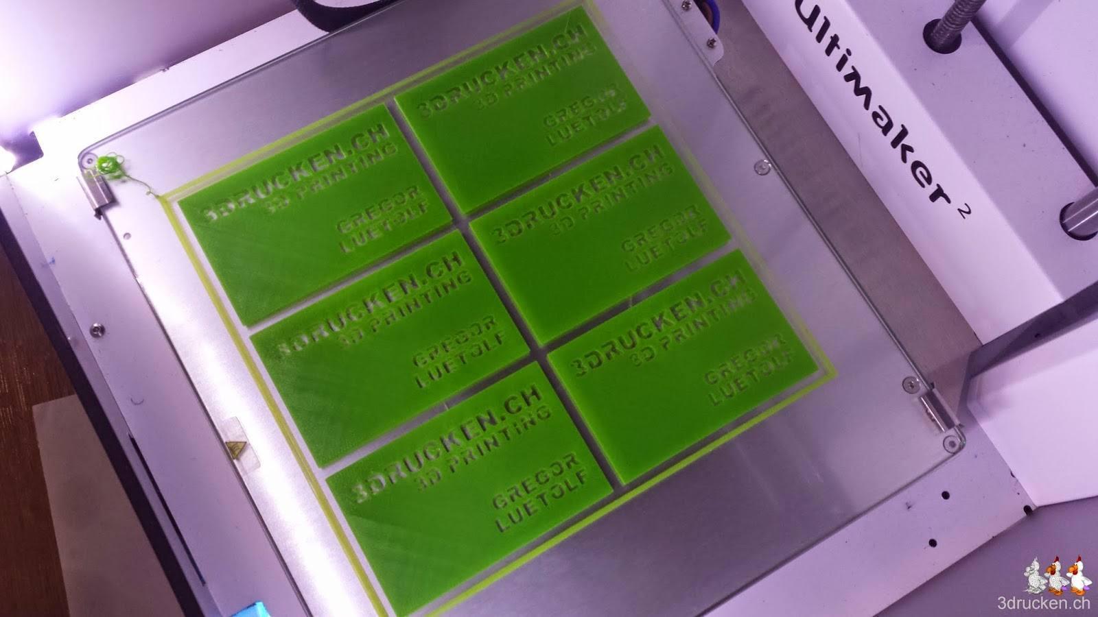 Foto der sechs erfolgreich gedruckten Visitenkarten auf dem Drucktisch des Ultimaker 2
