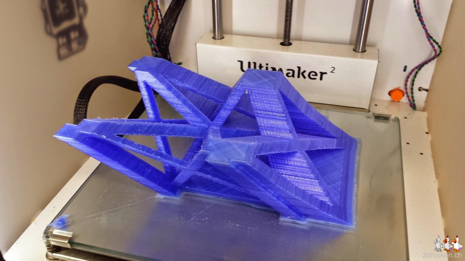 Foto eines Teilstücks des Eiffelturms in blauem PLA auf dem Ultimaker 2