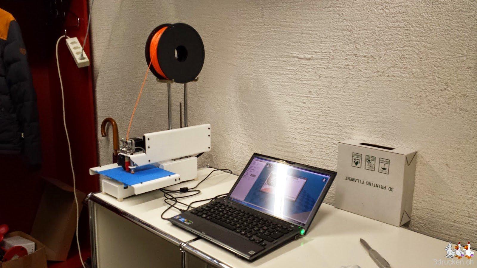 Foto des Testplatzes mit dem Printrbot Simple Metal mit montierter Rollenhalterung