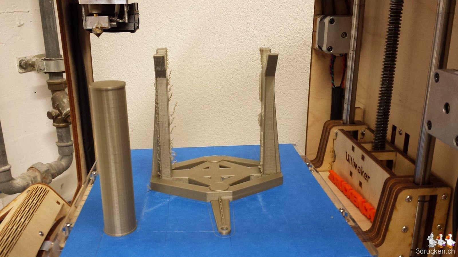 Foto der zweiten gedruckten Rollenhalterung für den Printrbot Sipmle Metal auf dem Drucktisch des Ultimaker Original