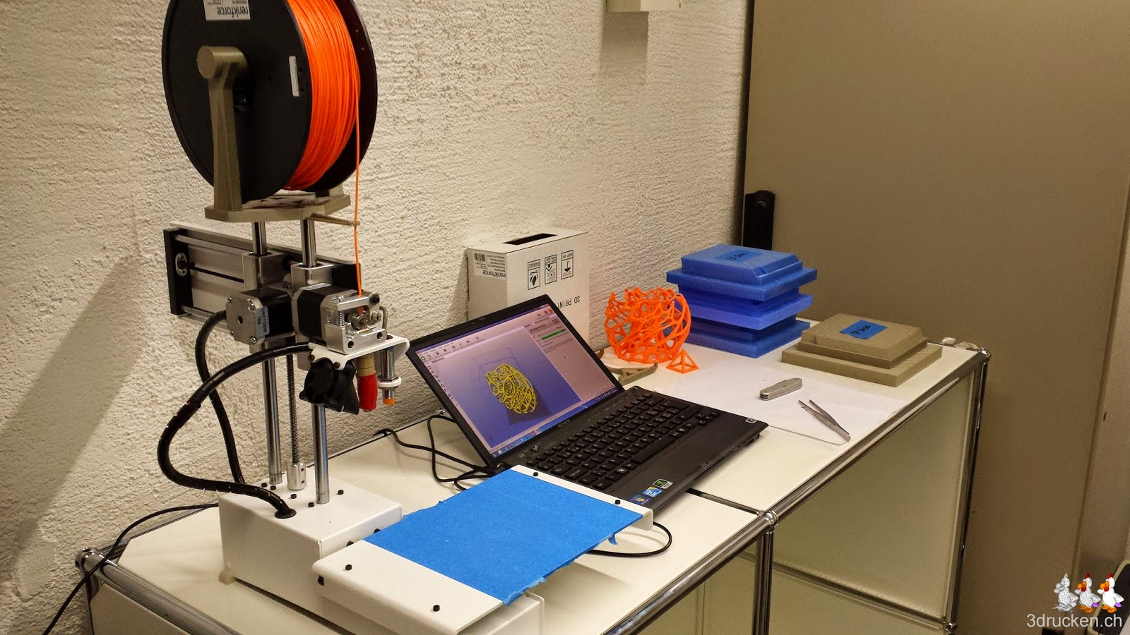 Foto des Testplatzes mit dem Printrbot Simple Metal mit zweiter stabilerer Rollenhalterung