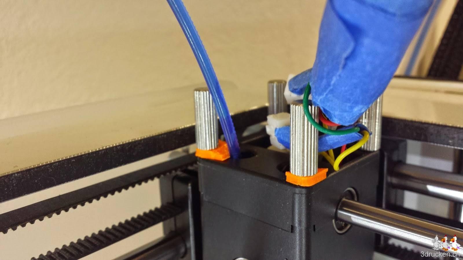 Foto der Oberseite des Ultimaker 2 Druckkopfes mit den Überresten des gebrochenen Bowden Tube Halters