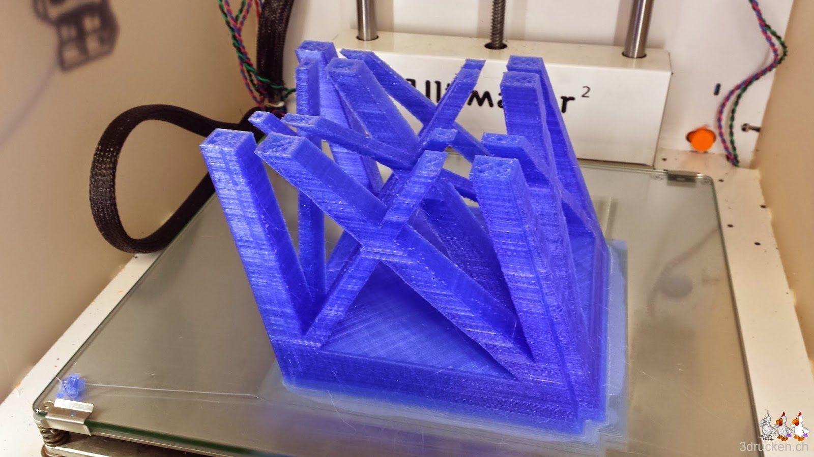 Foto des abgebrochenen Drucks eines Teils des Eiffelturms auf dem Drucktisch des Ultimaker 2